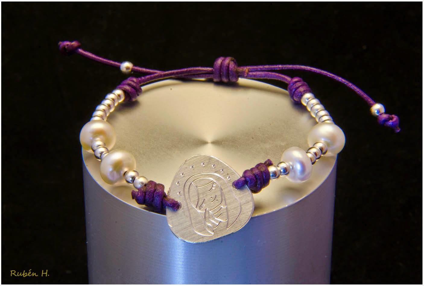 Pulsera medalla Virgen en cuero plata y perlas. Regalo de Comunion. Joyería artesanal personalizada.