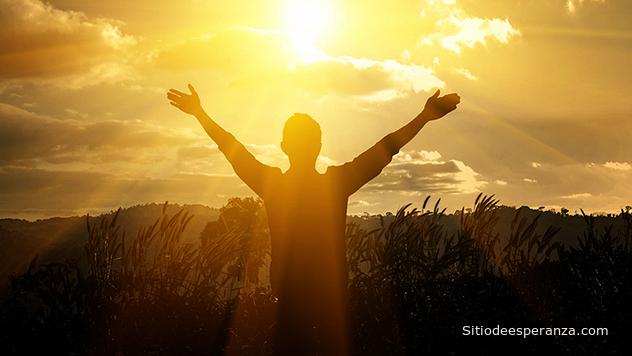 Hombre agradeciendo a Dios.
