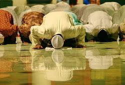 Siapakah yang Pantas Menjadi Imam Shalat Berjamaah?