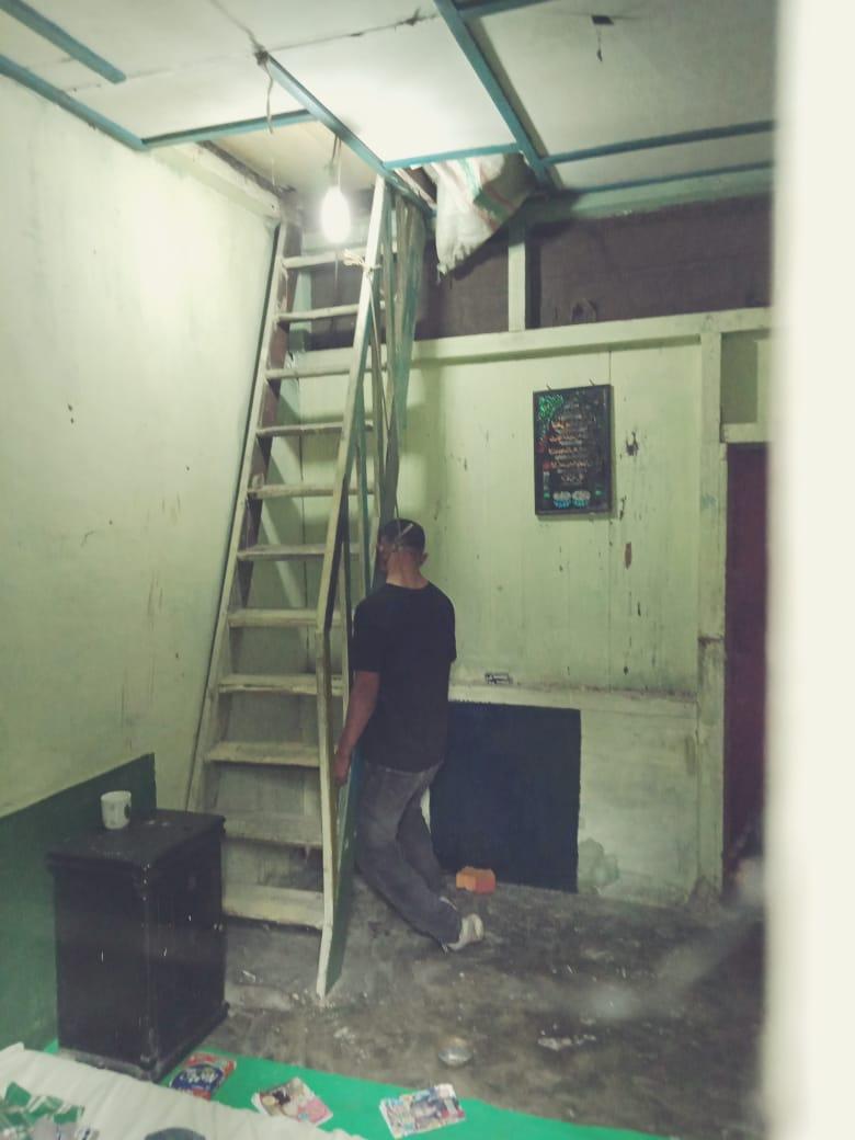 Jenazah korban saat ditemukan tewas tergantung di anak tangga.