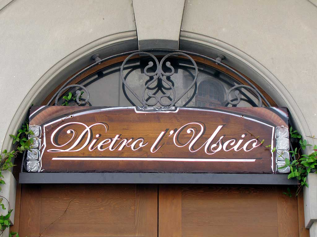 Dietro l'uscio (Behind the door), pub, Livorno