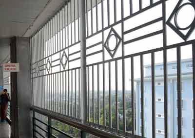 Quảng Ngãi Bệnh viện lắp rào sắt để chống nhảy lầu tự vẫn