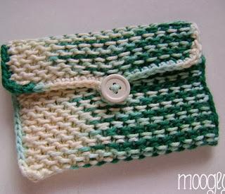 http://translate.googleusercontent.com/translate_c?depth=1&hl=es&prev=/search%3Fq%3Dhttp://theyarnbox.com%26safe%3Doff%26biw%3D1429%26bih%3D984&rurl=translate.google.es&sl=en&u=http://www.mooglyblog.com/chinese-waves-pouch-knit-free-pattern/&usg=ALkJrhhGWCzmmtUTJZBiI4UVpfsPZ7RmUQ