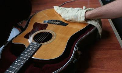 Cách bảo quản cây đàn guitar vào mùa mùa mưa Việt Nam