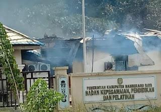 Kantor BKD Mamberamo Raya dibakar massa