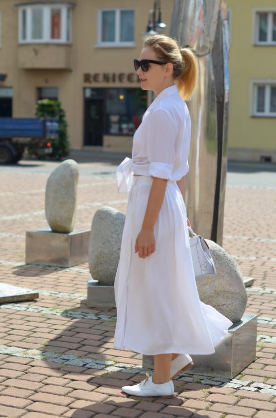 Biała spódnica z białą koszulą i białymi oksfordkami; white skirt with white blouse and white oxford shoes