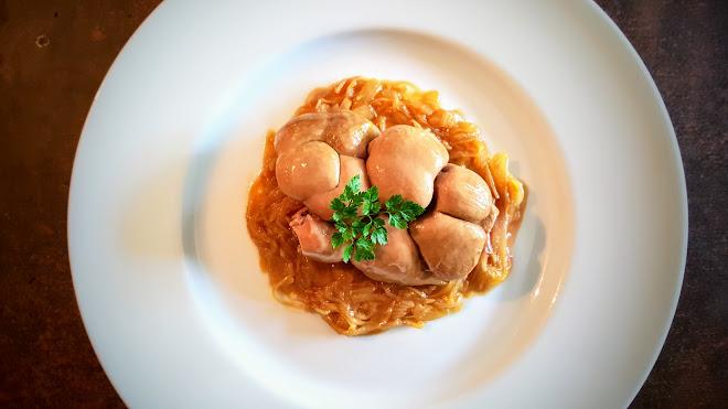 Rognon confit au genièvre et compoté d'oignons doux au jus de veau.