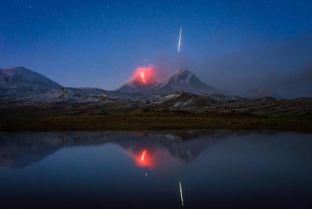 Daniel Kordan cattura un vulcano in eruzione e ottiene una meteora perfettamente allineata come bonus