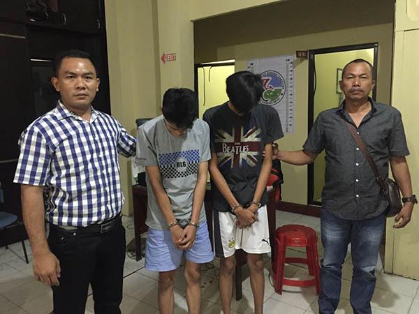 Dua tersangka pengedar pil ekstasi saat diringkus polisi.