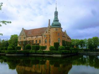 Vittskövle slott, rött tegel med en vallgrav runt om