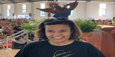 imagem da atriz Cláudia Rodrigues participando de Santa Missa