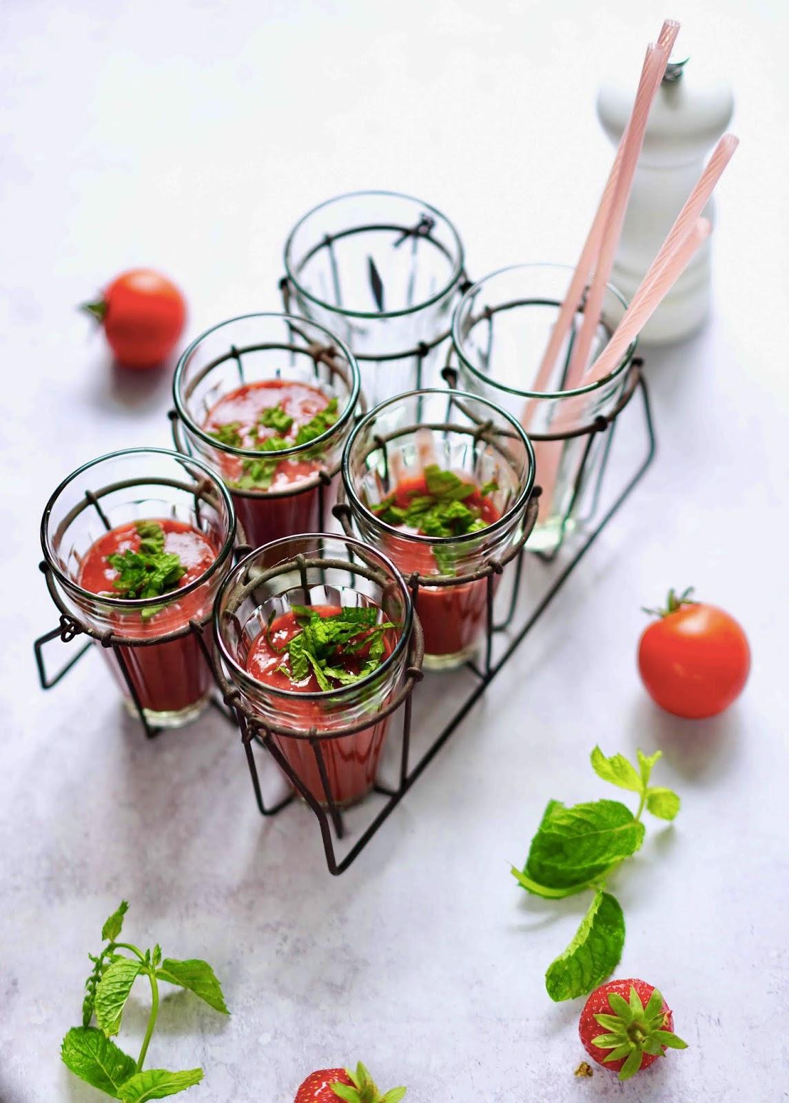 soupe froide d'été , tomates , cuisine des vacances , soupe fraîcheur