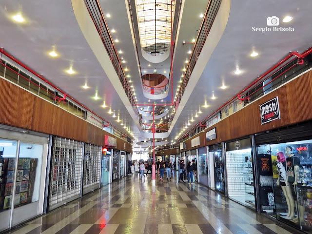 Vista ampla de um dos pavimentos intermediários e galeria de lojas da famosa Galeria do Rock - Largo do Paiçandu - São Paulo