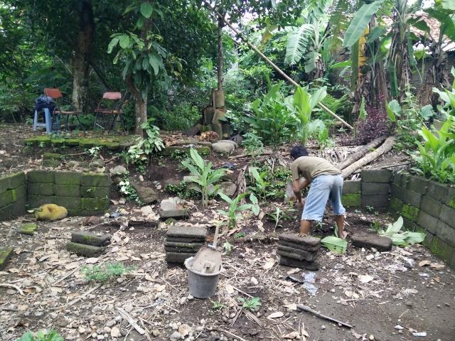 Punjul memperbaiki batako dinding kolam yang runtuh.