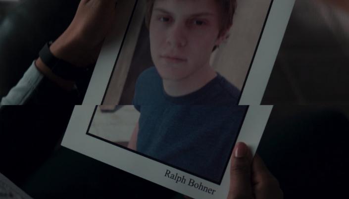 Imagem: montagem da cena em que Rambeau junta vê a foto do personagem Evan Peters como um jovem normal e o nome abaixo escrito Ralph Bohner.