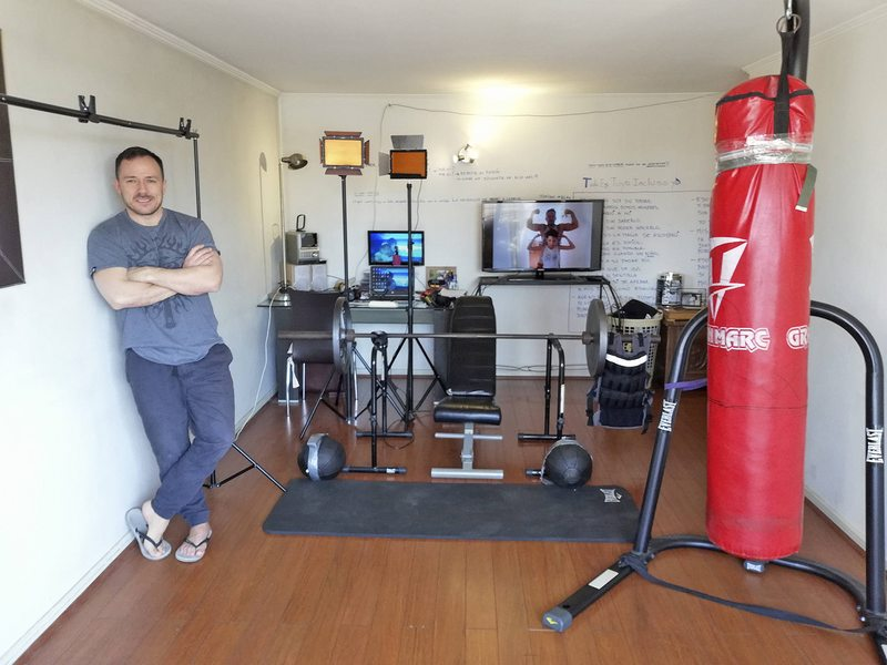 Gonzalo Egas transformó su living para entrenar artes marciales