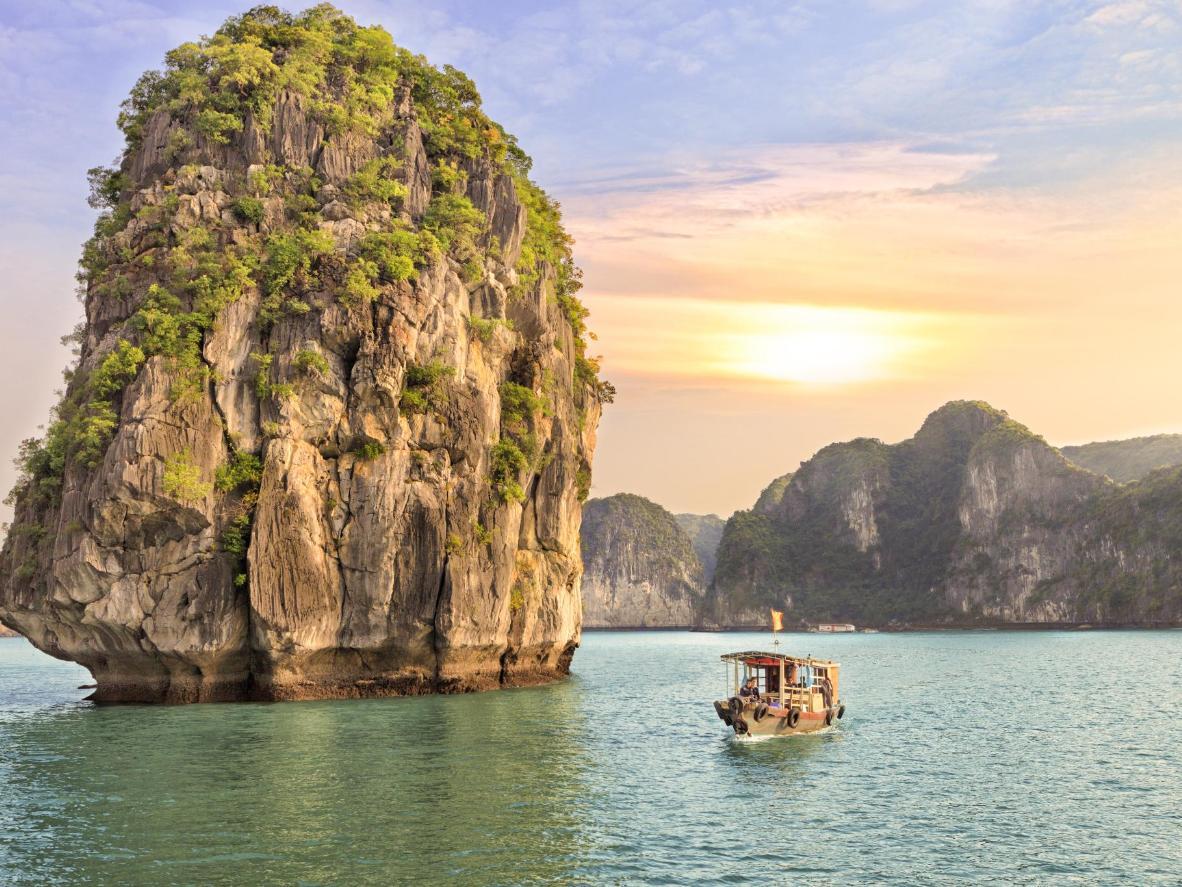 Известняковые острова в Бухте Халонг во Вьетнаме