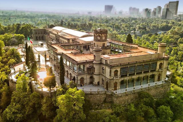 En Chapultepec puedes caminar respirando el aire más limpio de la ciudad, correr y practicar otros deportes en tierra, pasear en barca por los lagos y observar impresionantes colecciones de flora y fauna.