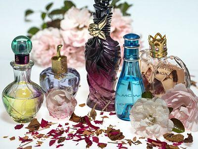 Desodorante de ambiente casero. Perfumadores de distintos colores y diseños, pétalos de rosa y flores silvestres.
