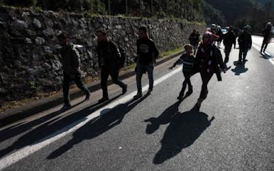 Ήγουμενίτσα: Μετανάστες κυκλοφορούν με τα πόδια στην παλαιά εθνική οδό Ηγουμενίτσας-Ιωαννίνων
