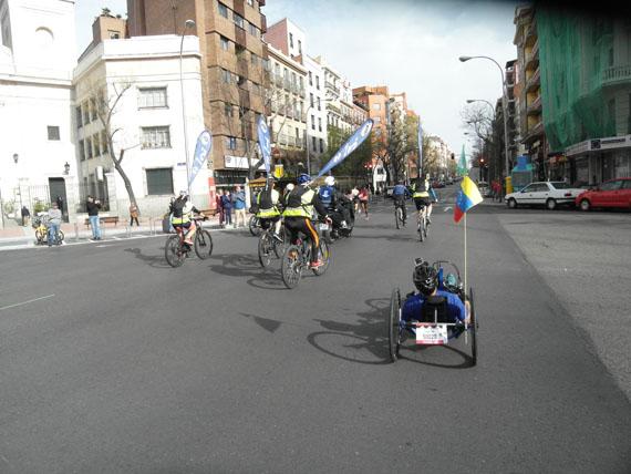 handbike y corredores en la maraton de madrid 2018