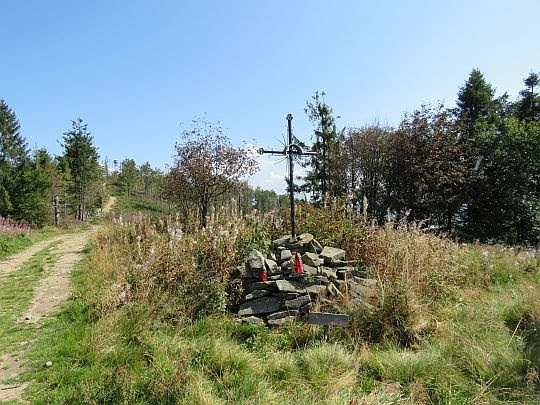 Symboliczny grób upamiętniający poległych partyzantów.