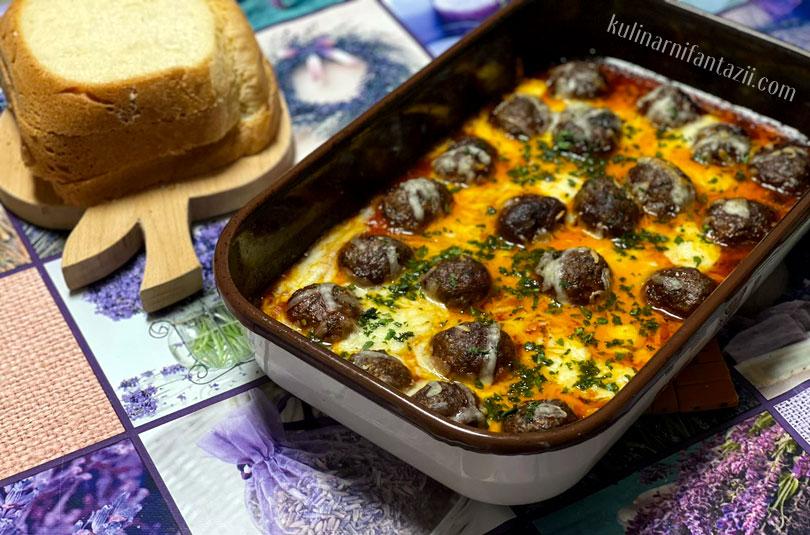 Печени кюфтенца на фурна с доматен сос и моцарела