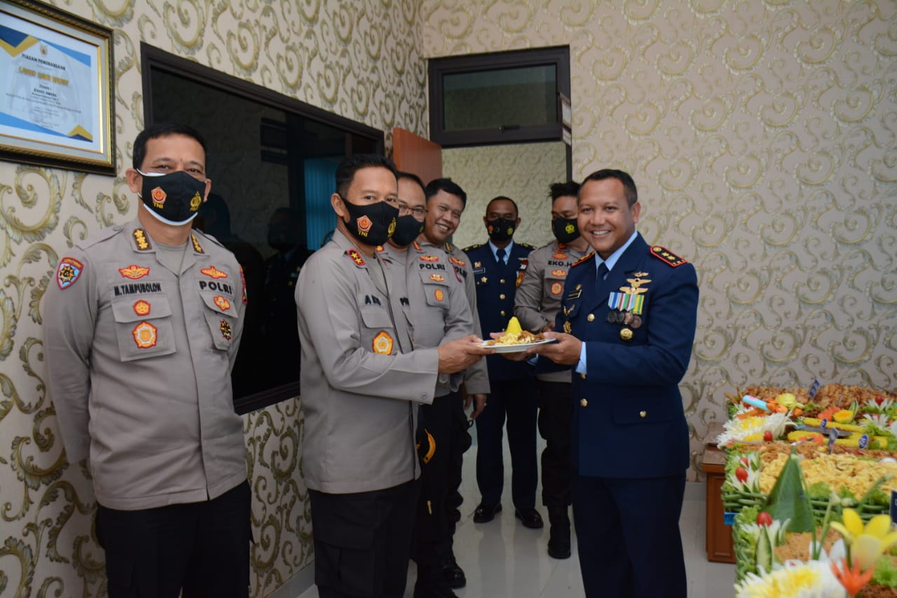 Kapolda Bersama Pejabat Utama Polda Kepri Beri Kejutan HUT AU Ke 75 Tahun 2021 di Lanud Hang Nadim Batam