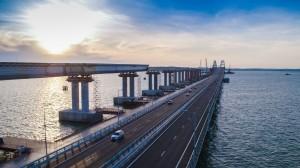 Cu alte cuvinte, atât practic cât și chiar din punct de vedere estetic, profilul autostrăzii ar putea trece pe conturul podului a călii ferate, la o înălțime substanțială și, astfel dând navelor cu pescaj mic și navelor de dimensiuni mici posibilitatea de a trece printre coloanele secundare a podului.