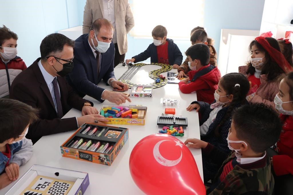 Diyarbakır merkez Kayapınar Belediyesi tarafından oyuncağı olmayan çocuklara yönelik Oyuncak Atölyesi açıldı.