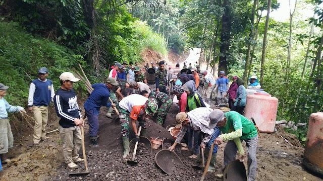 Masyarakat dan TNI Gotong royong Membangun Jalan