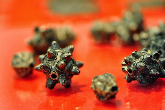 Wczesnośredniowieczne srebrne paciorki na wystawie Skarby doliny Prosny w Muzuem Początków Państwa Polskiego w Gnieźnie