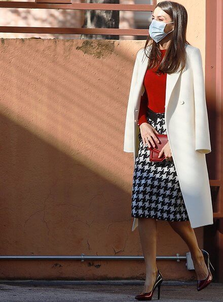 Queen Letizia wore a frankie cuff detail wool sweater and riami houndstooth pencil skirt from Hugo Boss. Lodi pumps. Reliquiae clutch