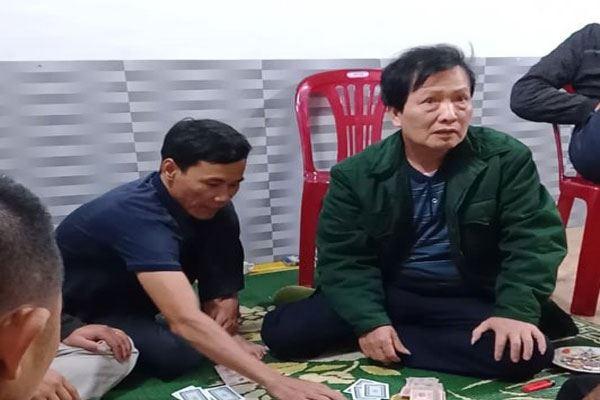 Hà Tĩnh: Đình chỉ công tác chủ tịch xã đánh bạc trong mùa dịch COVID-19
