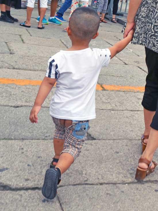 Niño chino sin pañal