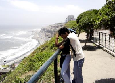Foto a una pareja de enamorados en el Parque del Amor
