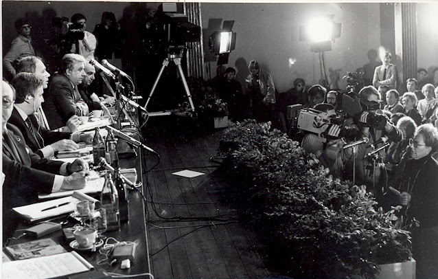 """15 сентября 1986 года. Юрмала. В концертном зале """"Дзинтари"""" состоялась встреча представителей общественности СССР и США. Среди ведущих встречи Владимир Познер"""
