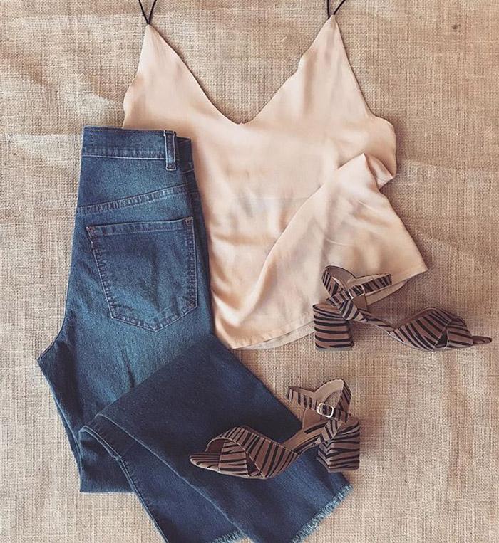 Top, sandalias y pantalon de jean. Moda verano 2020.