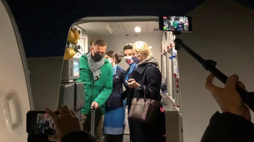 La policía rusa detiene al opositor Alexéi Navalny al aterrizar en Moscú