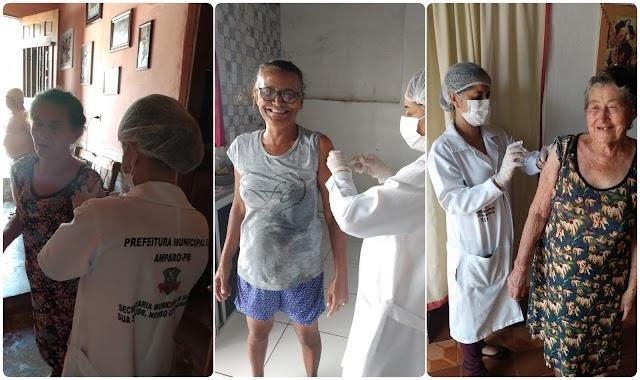 Secretaria de Saúde de Amparo realiza vacinação de idosos contra a gripe em suas próprias casas