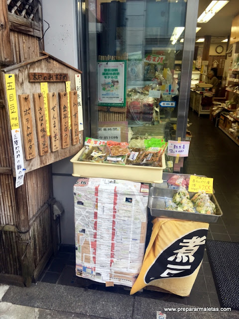 tiendas en el barrio Kagurazaka en Tokio