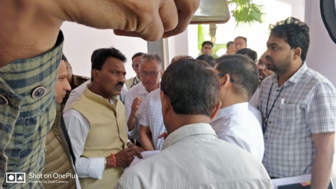 Jhabua News- Jhabua Samachar- चिकित्सको ने सुषेण चिकित्सक प्रात्सोहन योजना लागू करने के लिये स्वास्थ्य मंत्री को सौपा ज्ञापन