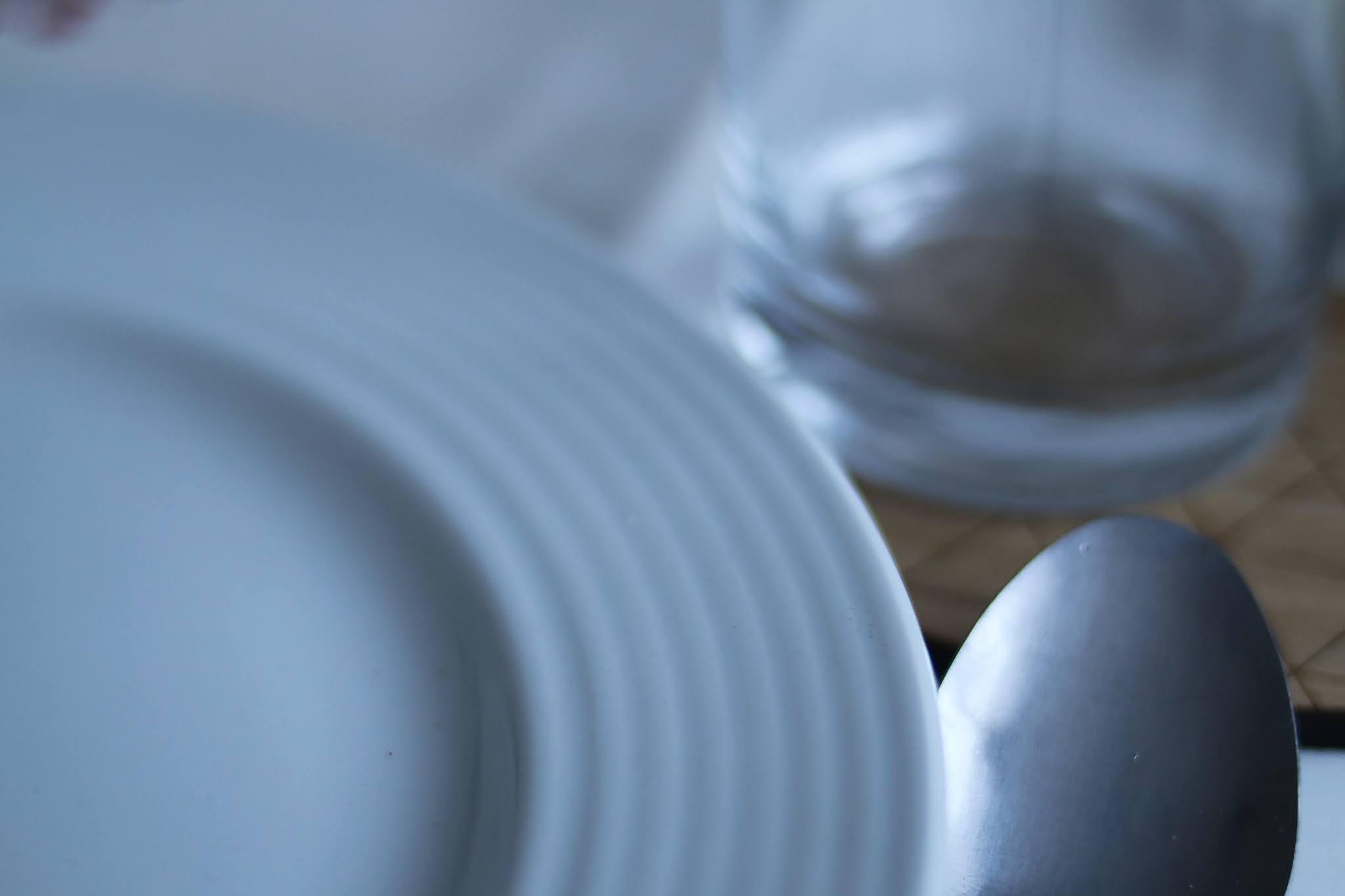 biały talerz