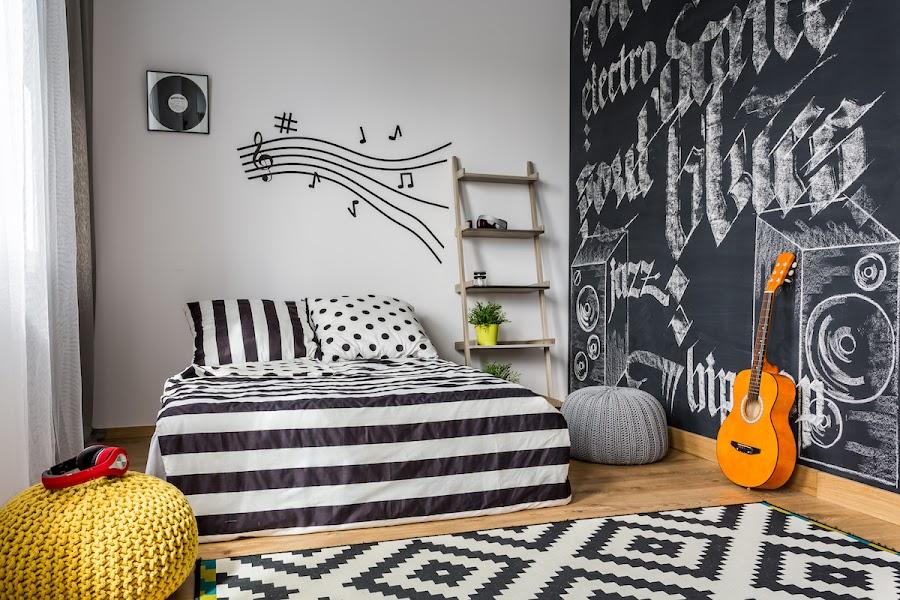 Dormitorio juvenil con vinilo adhesivo en la pared, pintura de pizarra y decoración en blanco y negro