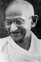 Ghandi scrisse la poesia Prendi Un Sorriso, capolavoro di positività