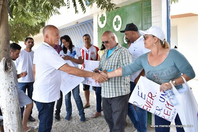 Servidores públicos protestam por atrasos no 13º salário em Santa Cruz e são recebidos pelo secretário de Saúde