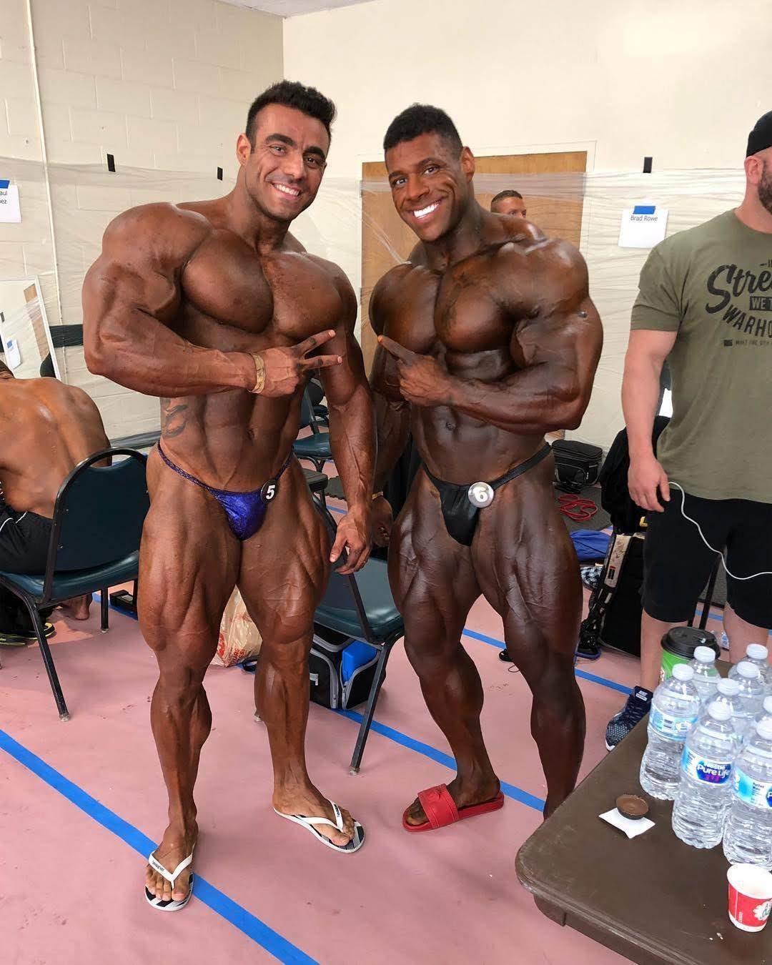 Gigantes! Rafael Brandão e Nathan DeAsha posam para foto no backstage da competição. Foto: Musclecontest International