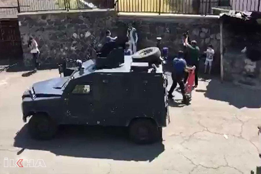 Diyarbakır Şehitlik'te evden uzaklaştırılan baba 3 çocuğunu bıçakla rehin aldı