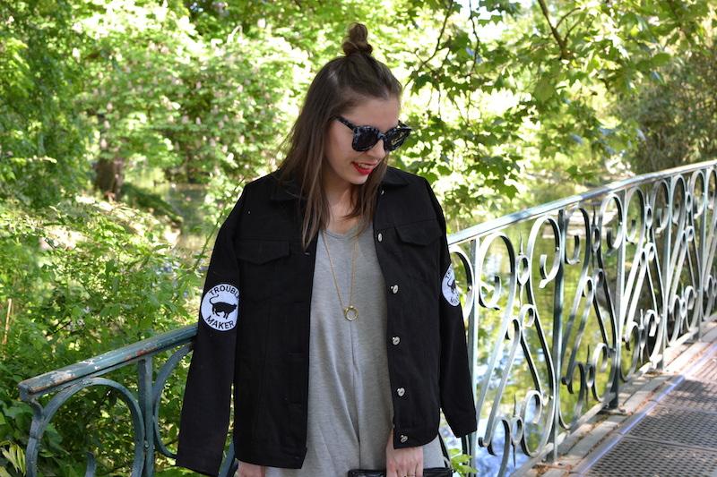 combi short grise manche longue, veste en jean noir BOOHOO , collier Amour, lunette de soleil Jimmy Fairly