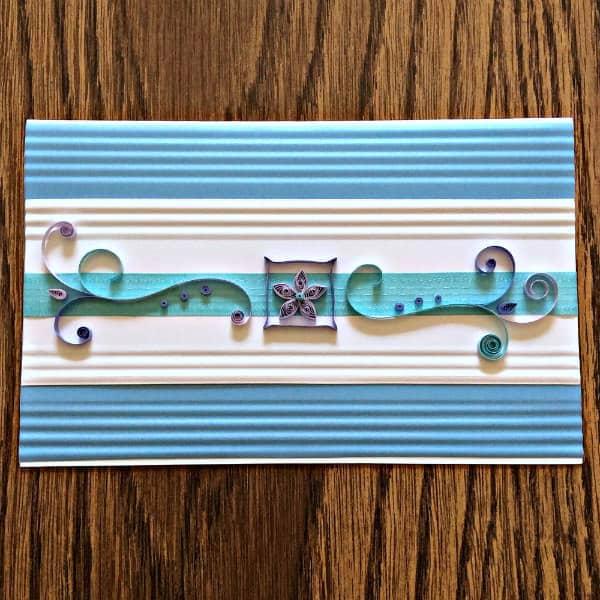 handgemaakte rechthoekige quilled kaart met scroll en bloemdessin